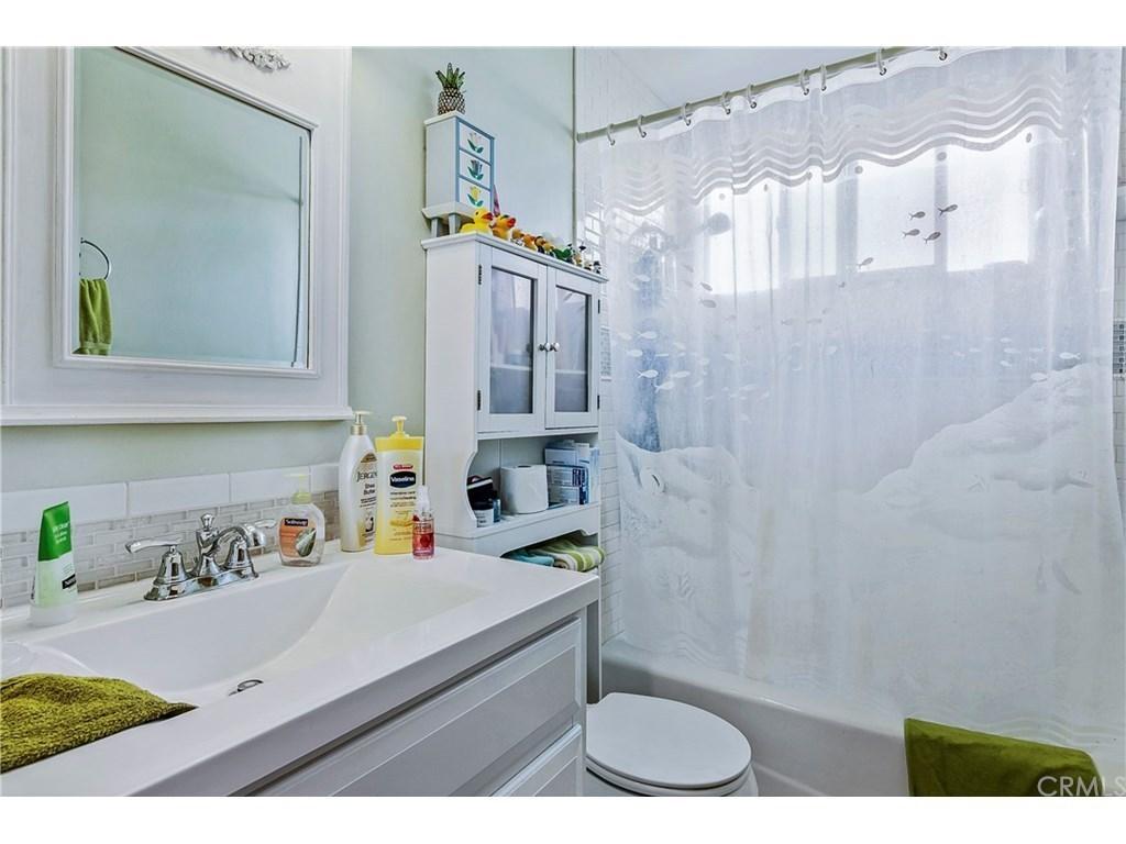 Avenidas Las Palmas Front Unit Bathroom